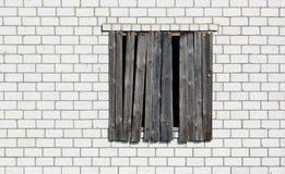 Ingescheept op venster in een witte bakstenen muur Stock Afbeelding
