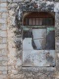 Ingescheept op venster van een verlaten traditioneel Grieks huis stock afbeeldingen