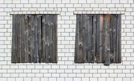 Ingescheept op vensters in een witte bakstenen muur Royalty-vrije Stock Afbeeldingen