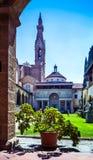 Ingesloten hof van Basiliekdi Santa Croce Basilica van het Heilige Kruis, Florence Firenze, Italië royalty-vrije stock foto's