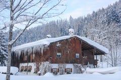 Ingesneeuwd Alpien Huis II Stock Foto