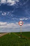 Inget övergående vägmärke Arkivbild
