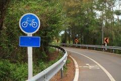 Inget cirklar symbol och den röda naturen för gräsplan för väglandcykel Arkivfoto