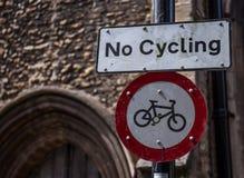 Inget cykla tecken med gotisk kyrklig bakgrund arkivbild