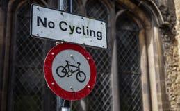 Inget cykla tecken med gotisk kyrklig bakgrund royaltyfria foton
