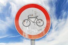 Inget cykla vägmärke mot blå himmel Arkivfoto