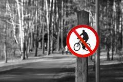 Inget cykla vägmärke, utomhus i parkera i svartvit färg Royaltyfri Bild