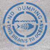 Inget dumpa havföroreningtecken royaltyfri bild