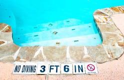 Inget dykningtecken på kanten av simbassängen fotografering för bildbyråer