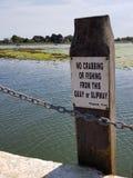 Inget fånga krabbor eller fiska tecken på bryggan arkivbilder