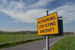 Inget för flygflygplan för parkering lågt tecken. Arkivfoto
