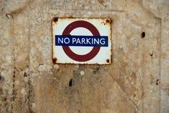 Inget förbuds- tecken för parkering på en stenvägg Royaltyfri Fotografi