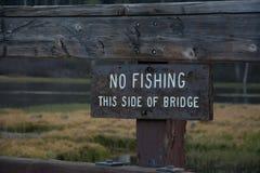 Inget fiske denna sida av bron royaltyfri fotografi