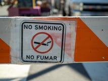 Inget fumar inget - röka teckensymboltecknet på barrikaden royaltyfri foto