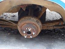 Inget hjul av den mycket gamla bilen arkivbilder