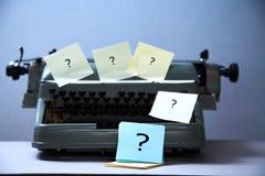 Inget idé-, förhalning- eller inspirationbegrepp: skrivmaskin som täckas med klistermärkear royaltyfri fotografi