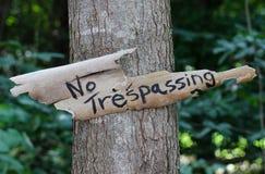 Inget inkräkta tecken som hänger på träd i skog Royaltyfria Bilder