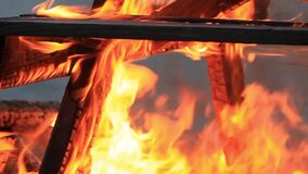 inget ljud Extrem n?rbildvideo av en brinnande picknicktabell p? slutet av ett parti vid en kropp av vatten