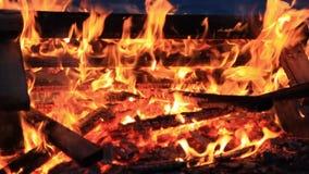 inget ljud Tjugofem 25 sekunder Extrem närbild av den brännande picknickbänken på slutet av ett parti lager videofilmer