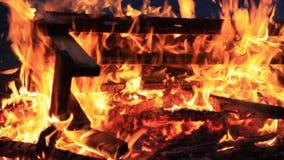 inget ljud Trettio 30 sekunder Närbild av den brännande picknickbänken på slutet av ett parti arkivfilmer