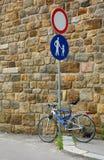 Inget medel Roadsign och cykel Royaltyfri Fotografi