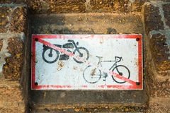 Inget motorcykeltecken och inget cykeltecken Arkivbild