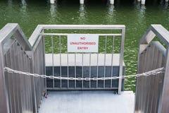 Inget obehörigt tillträdestecken på porten med kedjan Arkivfoto