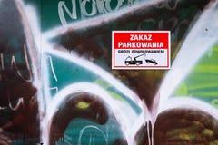 Inget parkera tecken och bogsera den varnande pictogramen i polskt språk royaltyfri fotografi