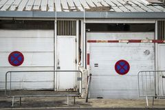 Inget parkera tecken på sjaskiga garage, Montpellier, Frankrike royaltyfria foton