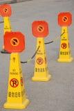Inget parkera undertecknar arkivfoton
