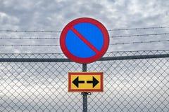 Inget parkeringstecken p? ett staket royaltyfri bild