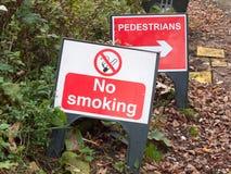 Inget - röka det plast- tecknet för varning däcka väggångareriktningen royaltyfria foton