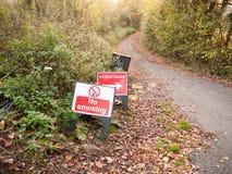 Inget - röka det plast- tecknet för varning däcka väggångareriktningen royaltyfria bilder