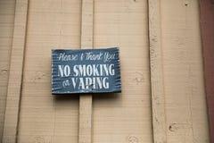 Inget - röka eller Vaping tecken på vinodlingen royaltyfri fotografi