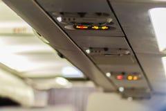 Inget - röka och fäst säkerhetsbältetecknet inom ett flygplan fäst Arkivfoton