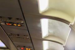 Inget - röka och fäst säkerhetsbältetecknet inom ett flygplan fäst Arkivbilder