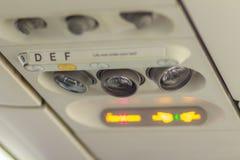 Inget - röka och fäst säkerhetsbältetecknet inom ett flygplan fäst Arkivfoto