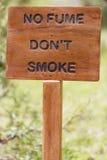 Inget - röka teckendet trälantliga tecknet med suddig bakgrund Royaltyfri Foto