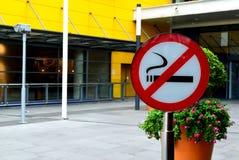Inget - röka tecknet framme av shoppinggallerian - inget - röka begrepp Royaltyfri Bild