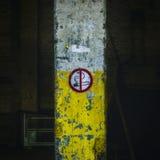 Inget - röka tecknet på den skadade väggen Arkivbilder