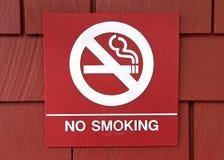 Inget - röka tecknet på en röd wood singelvägg royaltyfria bilder