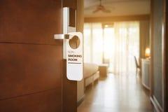 Inget - röka tecknet på ett elektroniskt dörrlås för hotellrum arkivfoton