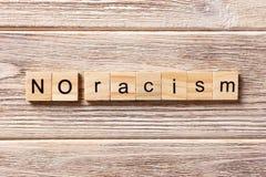 Inget rasismord som är skriftligt på träsnittet Ingen rasismtext på tabellen, begrepp Royaltyfri Fotografi
