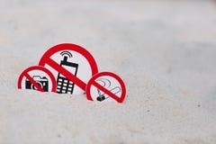 Inget - röka, inget foto och inget påringningtecken på stranden Arkivbild