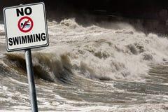 Inget simma - tecken på havsvågorna fotografering för bildbyråer
