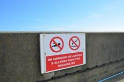Inget simning- eller banhoppningtecken. arkivfoton