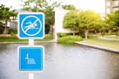 Inget simningtecken - grunt vatten för fara mer mitt portföljtecken undertecknar varning Fotografering för Bildbyråer