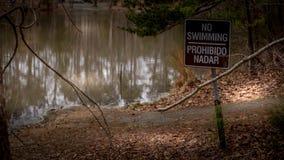 Inget simningtecken på en sjö arkivbilder