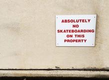 Inget skateboarding tecken på väggen av byggnad Arkivbilder