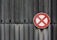 Inget stoppa undertecknar på asbestväggen Royaltyfria Bilder